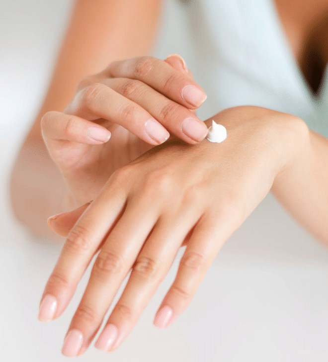 a woman uses non comedogenic lotion on her hand